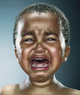 foto-bayi-laki-laki-menangis-sedih-tapi-lucu