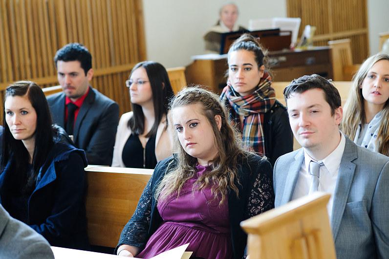 Svečiai bažnyčioje per vestuves