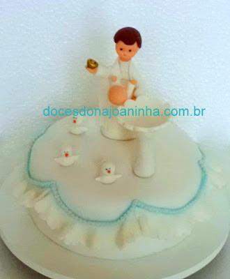 Bolo decorado com padre batizando Bebê pia batismal pombinhas e babadinhos
