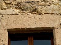Detall de la inscripció de la llinda de la finestra central, del primer pis de la façana de migdia del Boix