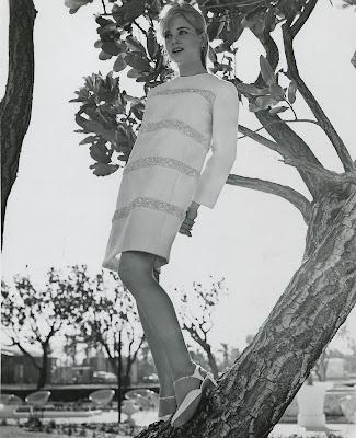 http://1.bp.blogspot.com/-0uRxX2jTjxs/URLv21LVSiI/AAAAAAAALzw/DynH7fZYj-Y/s1600/Sue-Lyon-in-a-publicity-photo-for-The-Flim-Flam-Man_-1967..jpg