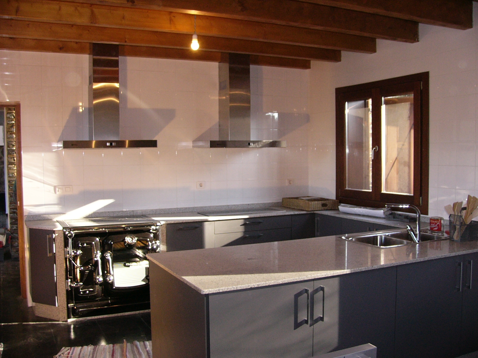 Sfc muebles sostenibles y creativos cocinas for Encimera granito blanco cristal
