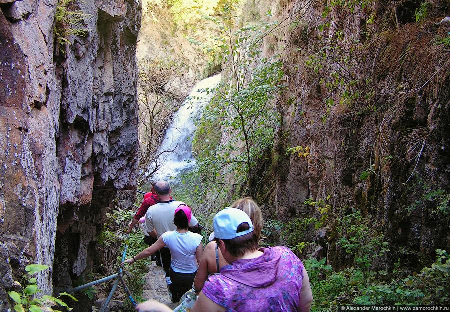 Спускаемся к Медовым водопадам