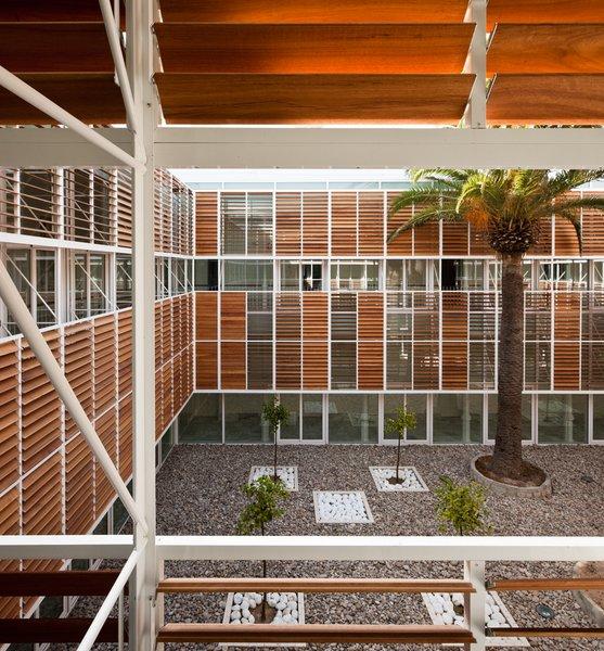 fachadas contiguas mientras que el resto est protegida del sol por lamas de madera orientables cuando este de madera est abierto se