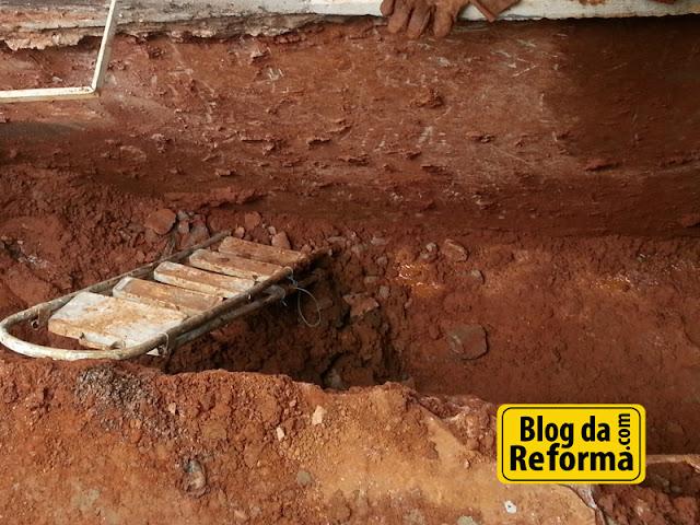 Removendo terra para fazer a impermeabilização.