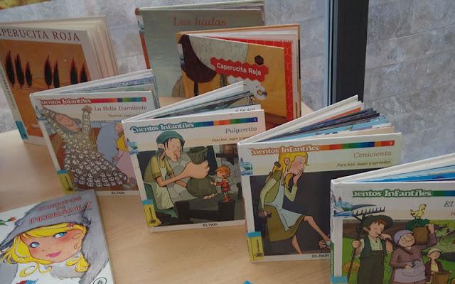 Vista parcial de ejemplares de Perrault en Biblioteca municipal de Illescas