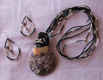 Collar pendiente de nácar en negro con mostacillas Cod 2454 S/85.00 Nuevos Soles