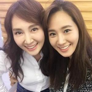 "Yuri SNSD dan ""Kembarannya"" Chae Si Ra Berfoto Bersama"
