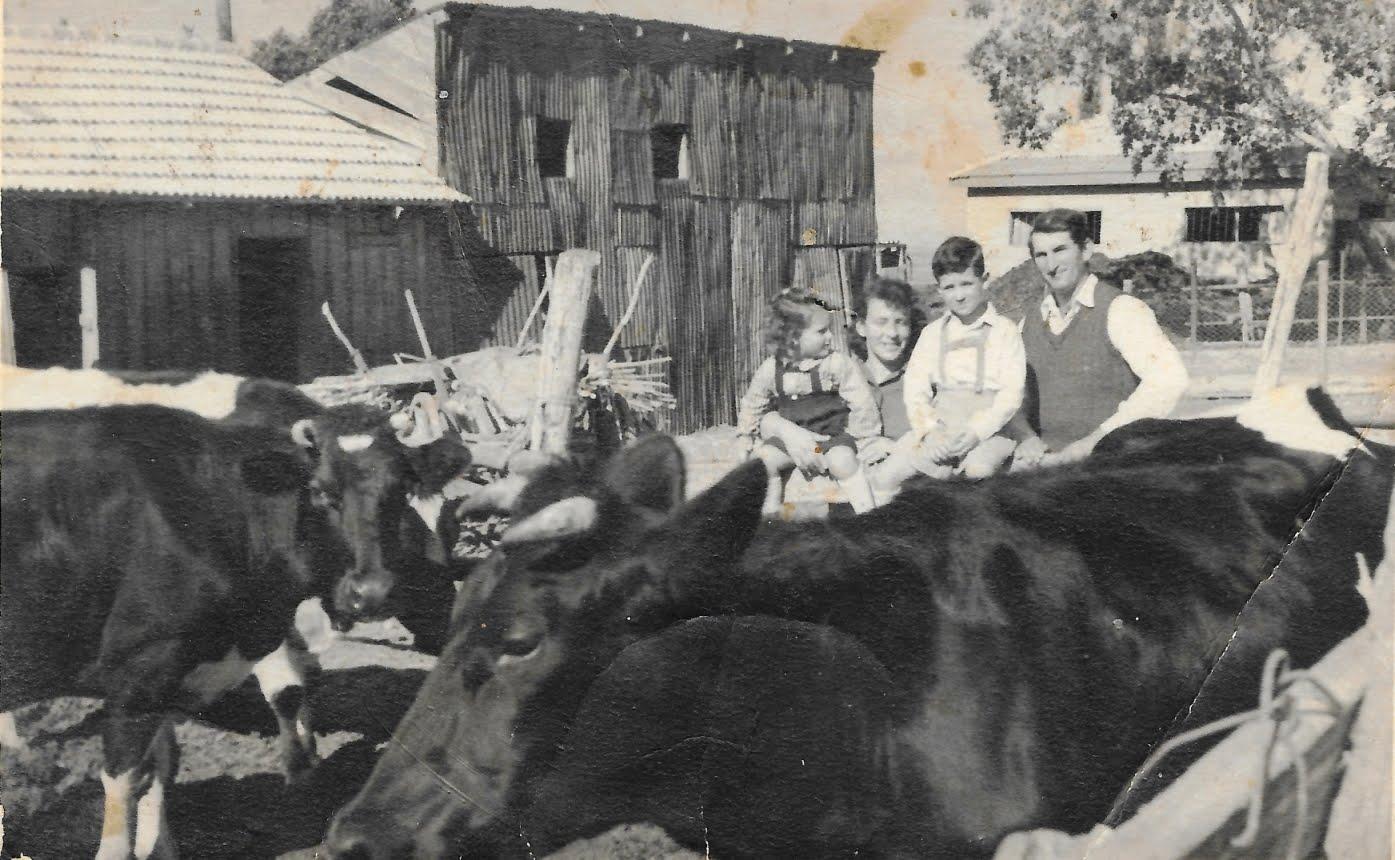 """אתר """"בן-שמן -המושב הישן"""" - עברנו 44.000 צפיות. בתמונה ברטה ושמעון גרעין-כל עם עמוס ונילי במושב 1946"""