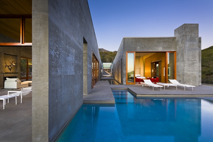 Swimming pool in Toro Canyon by Shubin + Donaldson Architects