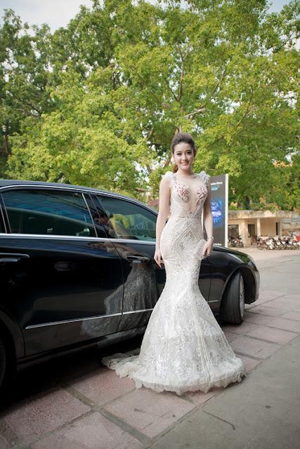 Á hậu bước xuống từ xe sang khi tới dự chương trình ở Hà Nội vào chiều tối 27/8.
