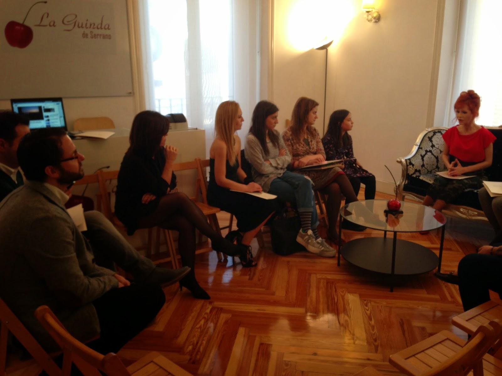 Yurena con periodistas y bloggers en la presentación en La Guinda de Serrano
