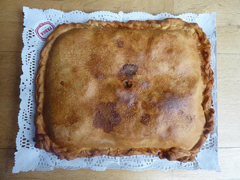 Empanada recheada com carne e maçã a sair do forno