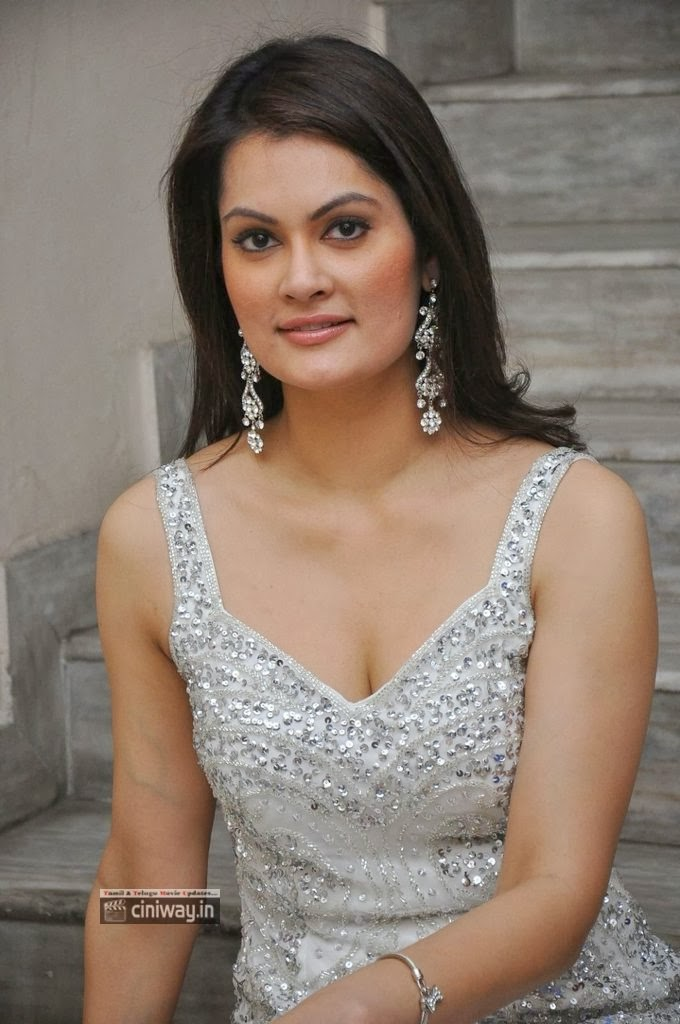 Angela-Kumar-Stills