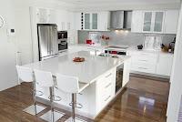 Decoracion de cocina con muebles blancos y piso flotante tono oscuro
