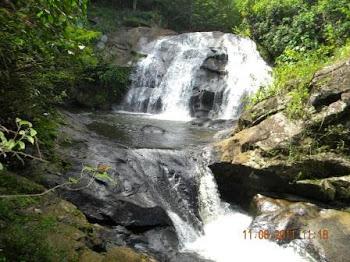 Águas que caem das pedras... No véu das cascatas... Ronco de trovão
