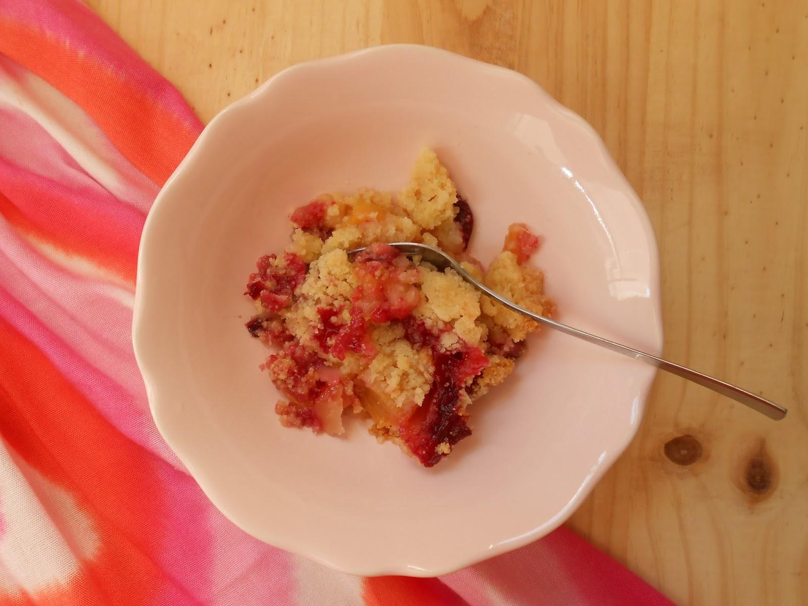 crumble de nectarinas, ciruelas y sémola