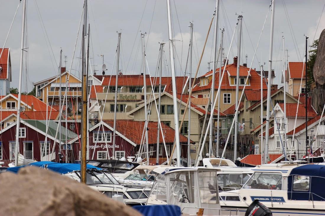Bryggan Fjällbacka med hotel i backgrunden.