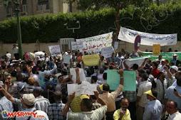 بالصور.. ''انتفاضة المعلم'' تُغلق شارع القصر العيني