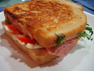 Sándwich mozzarella tomate rúcula lacón
