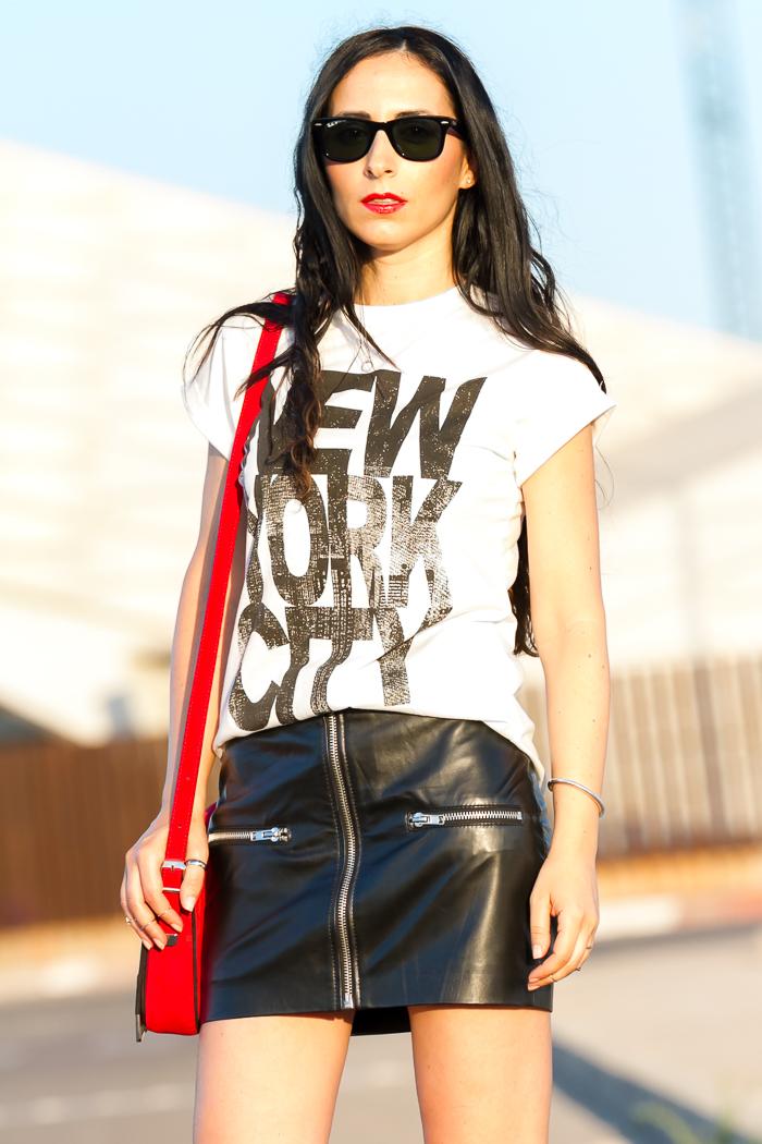 Blogger española con labios rojos y ray ban Wayfarer