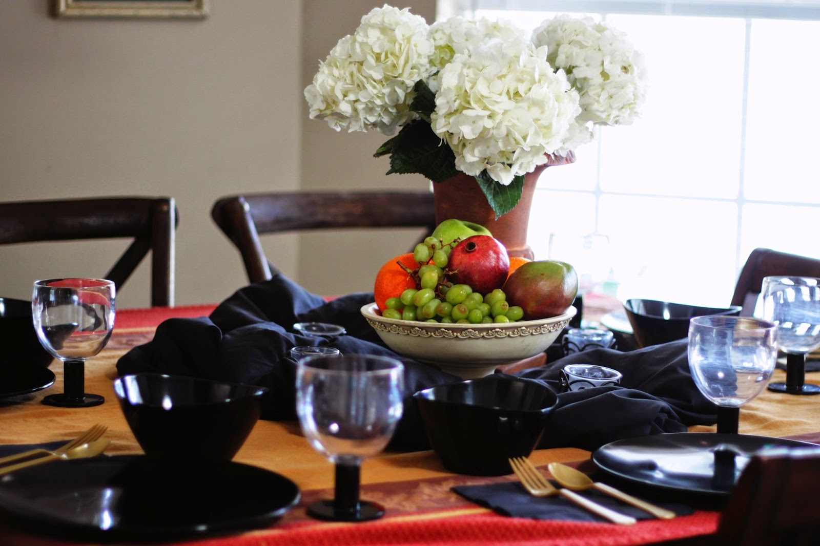 feast_table_fruit_black_and_gold
