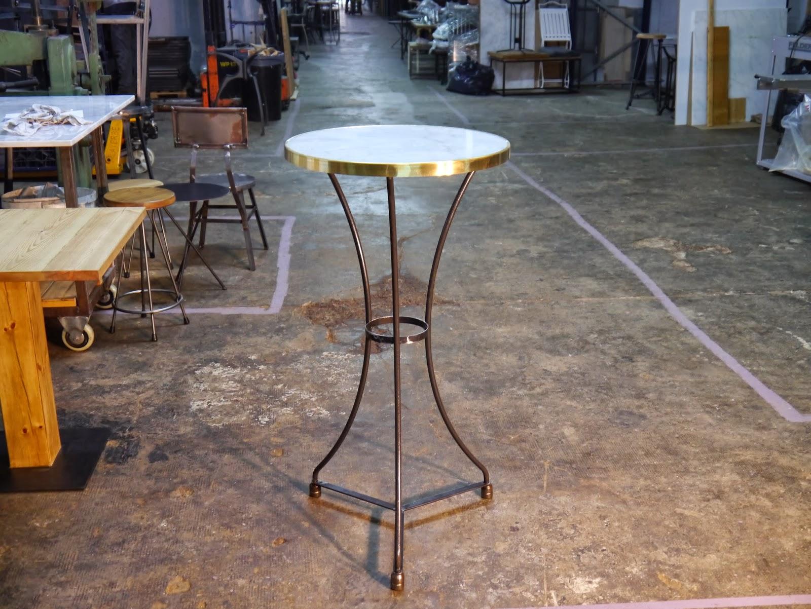 Mesas y sillas en metal de estilo industrial en hierro y - Patas de forja para mesas ...