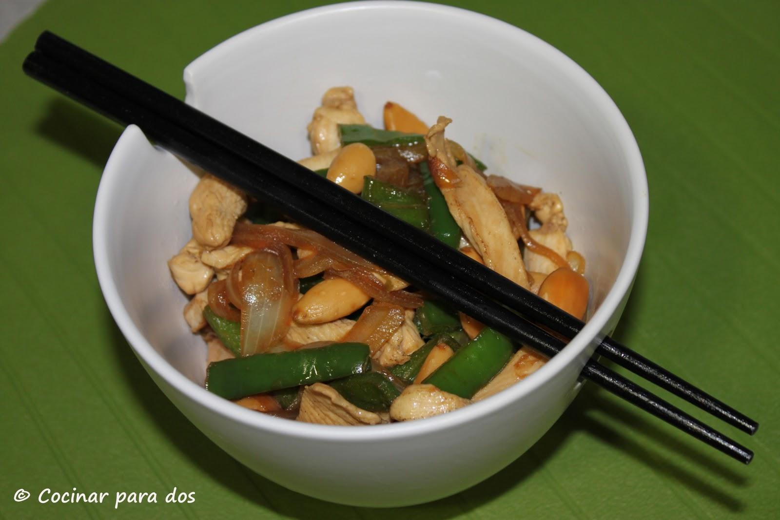 Pollo con almendras en wok cocinar para 2 for Cocinar wok en casa