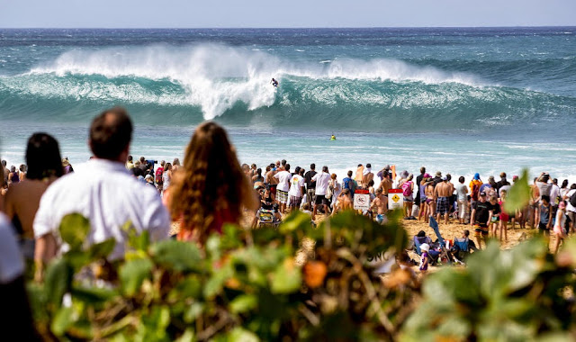 15 Billabong Pipe Masters Wipeout Foto ASP