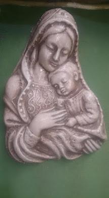 UMETNIČKA FIGURA BOGORODICA (može se okačiti na zid ) : vel:30cm x 20cm(debljina figure je 9 cm) ,f