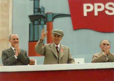 El socialismo en Albania y el retroceso capitalista - Enver Hoxha y la revolución albanesa (MUY INTERESANTE!) 2010-12-09-Enver_MayFirst1983