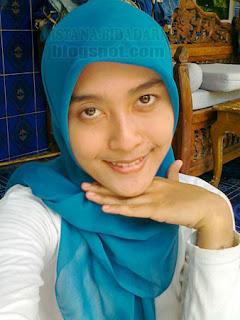 lihat gadis cantik berjilbab biru memakai jilbab natural