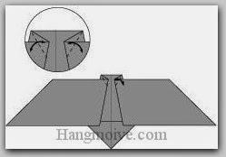 Bước 5: Tạo nếp gấp hai góc giấy bằng cách gấp vào trong sau đó lại mở ra.