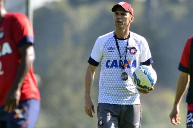 Preocupado com a parte física dos atletas, Mendes ainda não confirmou toda a escalação (Foto: Gustavo Oliveira/CAP)
