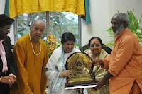 Lata Mangeshkar Receives First Sathkalaratna Puraskar