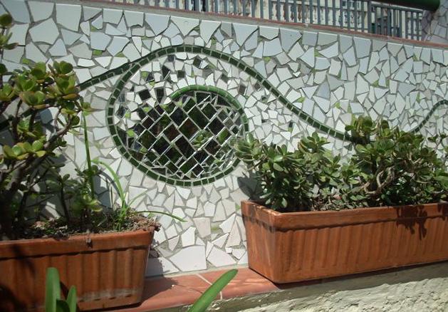 Joan seriny muro exterior en trencad s mosaicos - Decoracion muros exteriores ...