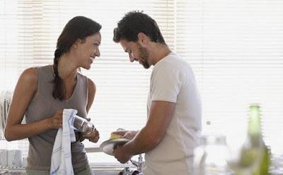 من يهتم بالنظافة الشخصية بشكل أكبر الرجال أم النساء,التنظيف رجل يساعد امرأة تنظيف غسيل الاوانى الاطباق الصحون,man woman washing dishes cleaning help