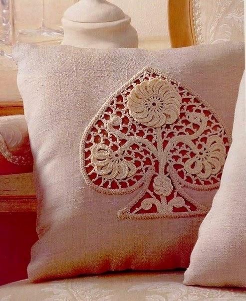 Almohadón con aplique de bello diseño al crochet
