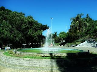 Praça Dante Marcucci, São Marcos. Chafariz circundado por árvores.