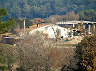 La masia de Can Miret des de la Urbanització de Can Boatell