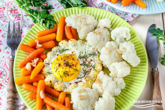 ziemniaczane miseczki z jajkiem, ziemniaczane gniazda z jajkiem, ziemniaczane łódki z jajkiem, miseczki z ziemniaków, gniazda z ziemniaków, łódki z ziemniaków, tani obiad, jajka zapiekane w ziemniakach, jajka zapiekane w łódkach ziemniaczanych, jajka zapiekane w miseczkach ziemniaczanych, dania z ziemniaków, dania z jajkiem, masło czosnkowe, kraina miodem płynąca