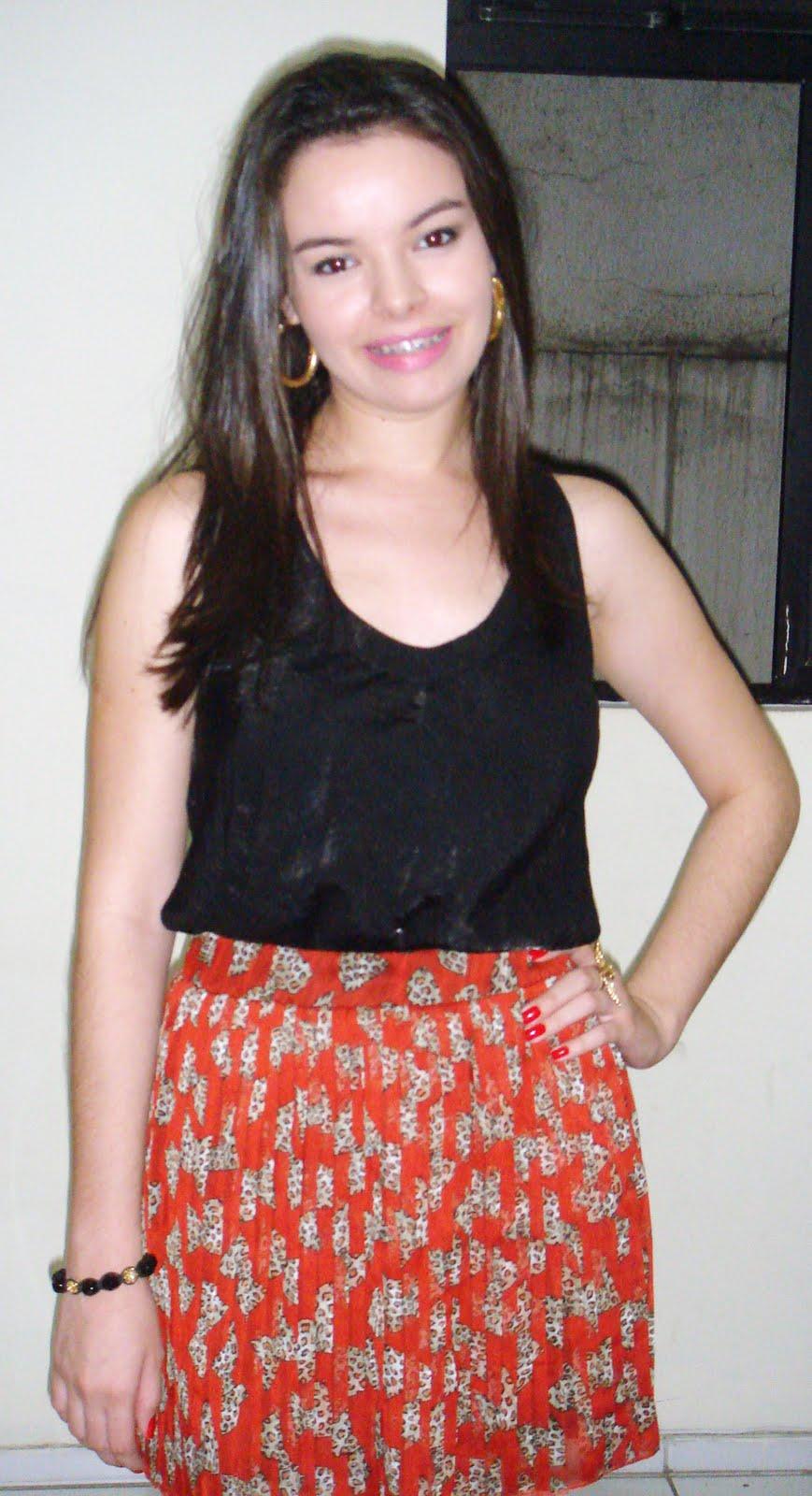bea15a401 A friend Michelly Rocha linda de saia plissada curtinha com estampa de  lacinhos.
