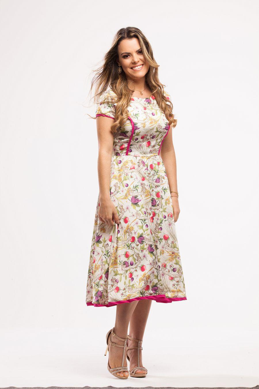 445ae0c4d9d68 Eu tenho esse vestido! Esse eu AMEI! O vestido acinturado e de comprimento  midi
