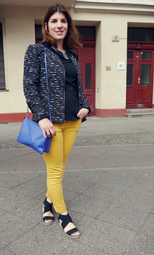 Ein Mode Trend aus der vergangenen Saison die Hose in gelb zu einer Boucle Jacke mit viel schwarz