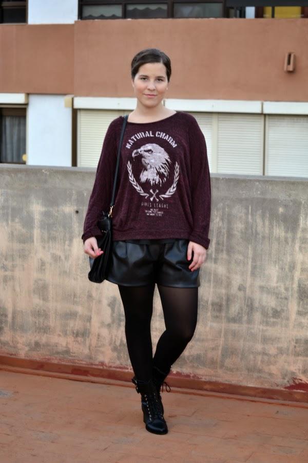 look_outfit_burdeos_negro_short_polipiel_zara_botines_stradivarius_jersey_aguila_nudelolablog_05