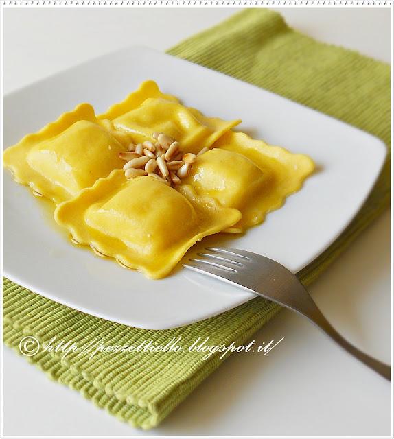 Ravioloni al tartufo bianco con burro di cacao e pinoli
