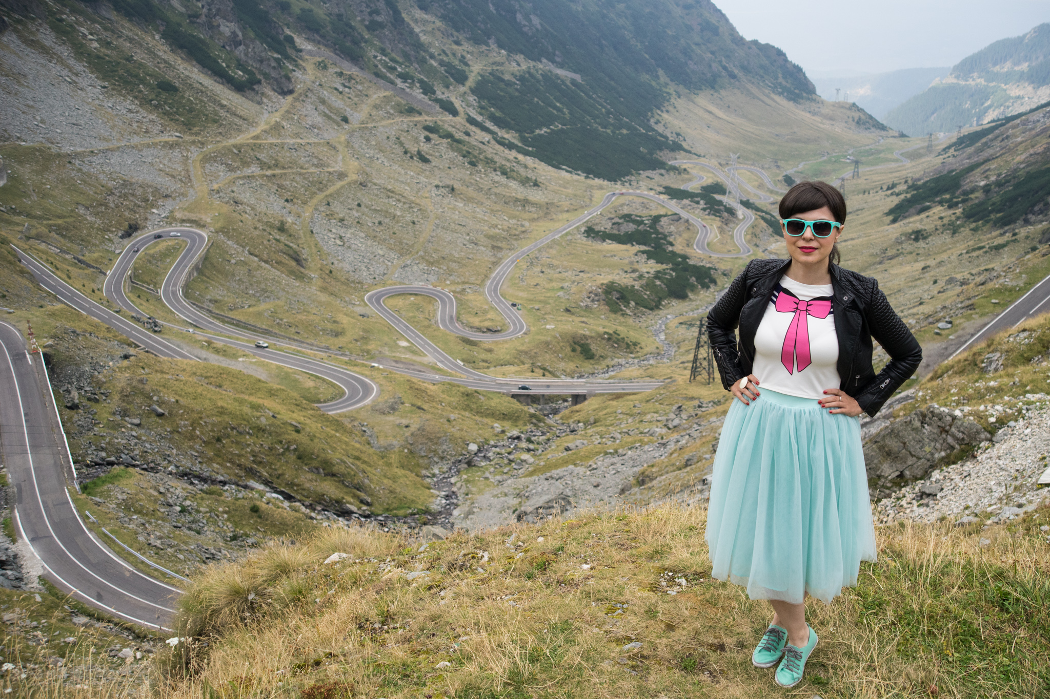 special 30th birthday photo shoot - tutu, bows and colorful balloons koton mint tulle skirt mint sneakers h&m crop top pink bow new yorker leather jacket rockish vibes rock brasov transfagarasan romania
