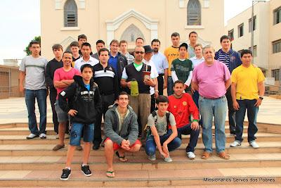 Foto dos Padres e Seminaristas Missionários Servos dos Pobres em frente à Paróquia  Santo Antônio de Igarapé - MG