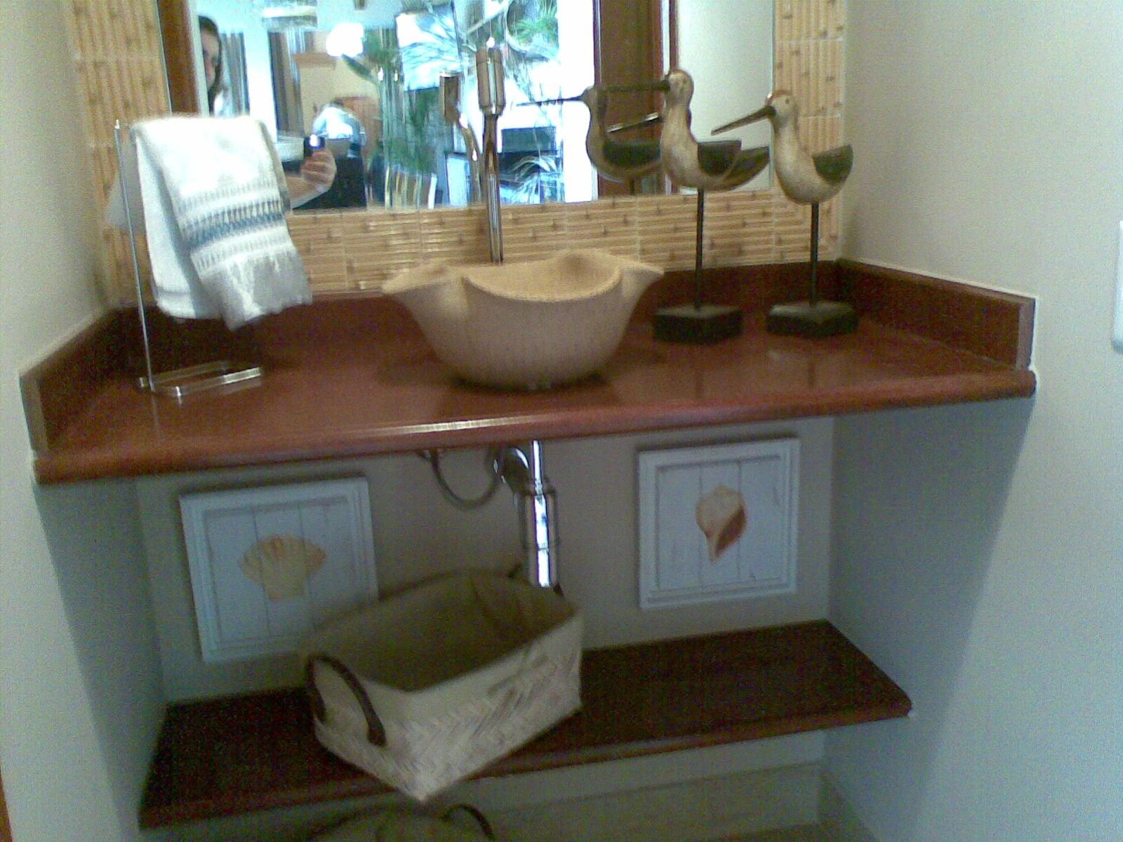 é o banheiro de apoio da área de lazer com cuba artesanal e bancada  #624632 1600x1200 Banheiro Bancada Madeira