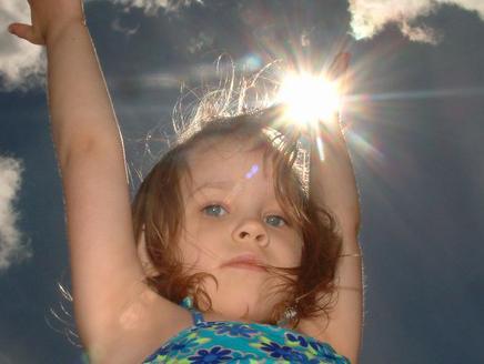 فوائد واضرار التعرض للشمس - طفلة صغيرة الشمس - small little girl sun